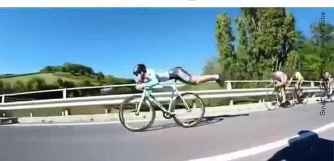Ce cycliste est un acrobate!