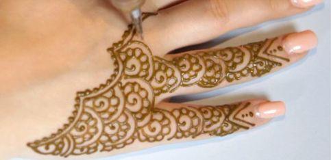 Vidéo: un tatouage au henné captivant sur la main