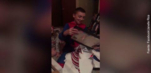 El mejor regalo de su vida: ¡su padre lo ha adoptado!