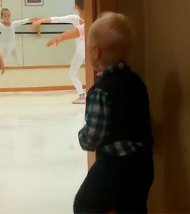 Este garotinho adora imitar os movimentos da aula de balé