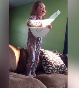 Essa garotinha fica muito emocionada cantando Hello da Adele