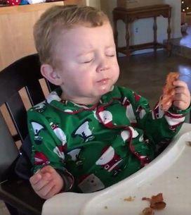 Bebê tem a melhor reação ao comer bacon pela primeira vez