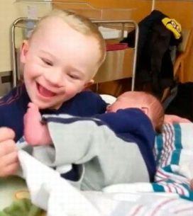 Fofura do dia: garotinho conhece o irmão