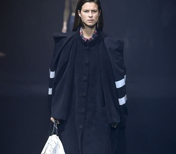 Balenciaga renueva su esencia en Paris Fashion Week
