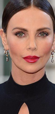 Un icono de elegancia: los mejores 'looks' de Charlize Theron