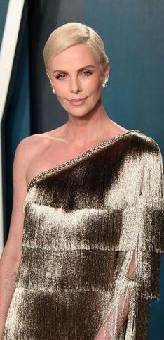 Charlize Theron compie 45 anni: i look più belli dell'attrice simbolo di eleganza