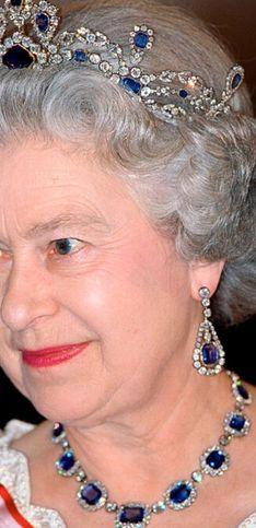 Diamanti e pietre preziose: le tiare e i gioielli più belli della regina Elisabetta II