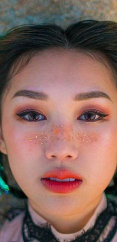 Imitar as sardas do rosto? Essa é uma missão para o... glitter!