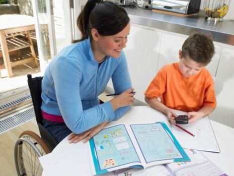 Aider à faire les devoirs © Photodisc