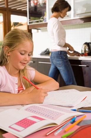 Faire ses devoirs à la maison © Pixland