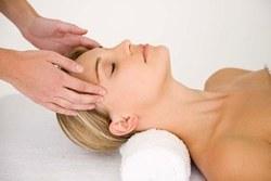 Détente assurée avec un massage du crâne et du cuir chevelu.