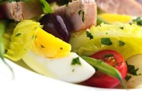 N'oublions pas la salade niçoise parmi les fleurons de la cuisine française!