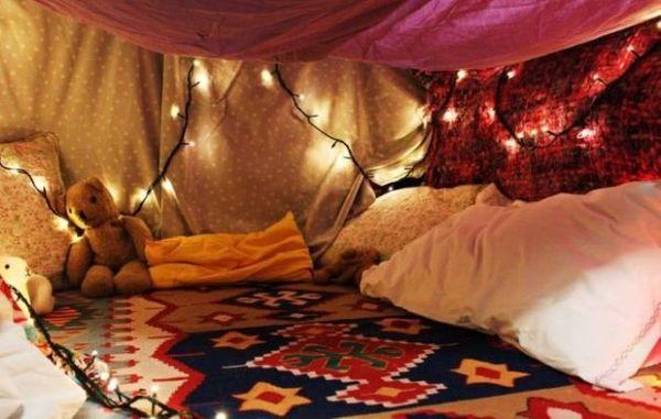 Fabriquer une cabane avec des couvertures