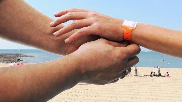 Des bracelets pour éviter de perdre son enfant sur la plage