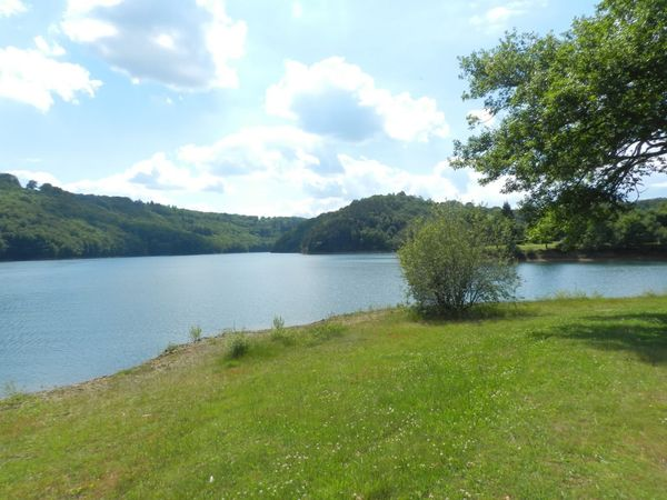 Le lac d'Enchanet , Cantal: pêche, baignade et randonnée ! un joli terrain de jeu