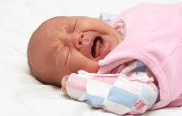 Pourquoi les bébés pleurent