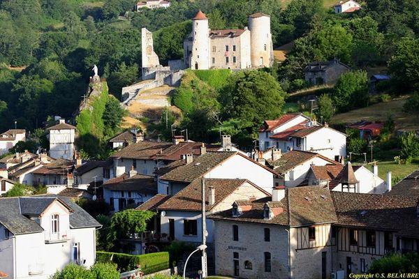 Laroquebrou vide grenier dimanche 25 mai et exposition artistique au Château