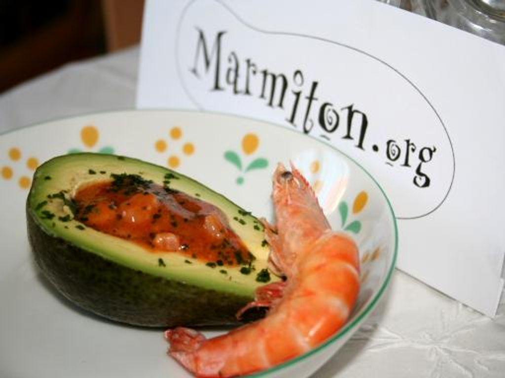Avocats aux crevettes et leur sauce relevée : Recette de ...