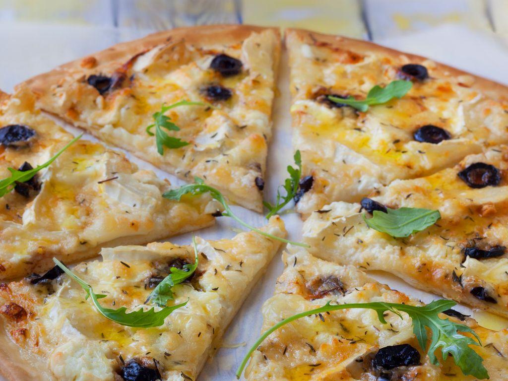 pizza chèvre miel crème fraiche  Recette de pizza chèvre miel crème  fraiche , Marmiton