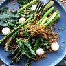 Salade printanière aux asperges rôties sur lit d'épeautre