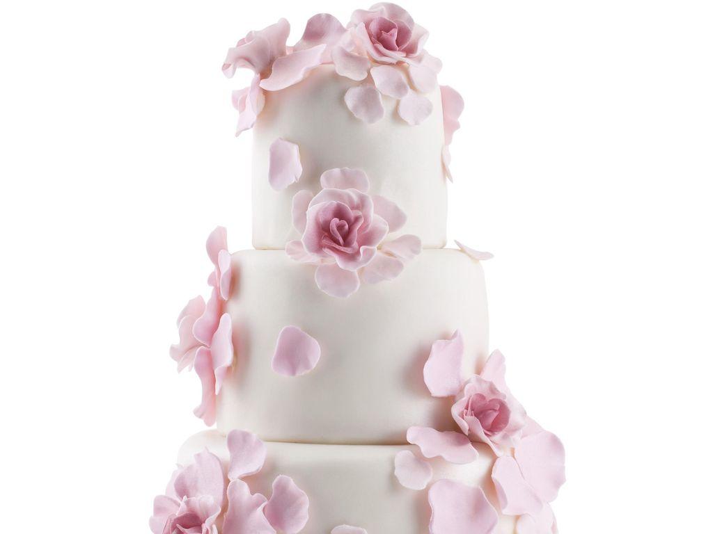 Wedding Cake Blanc Aux Petales De Fleur