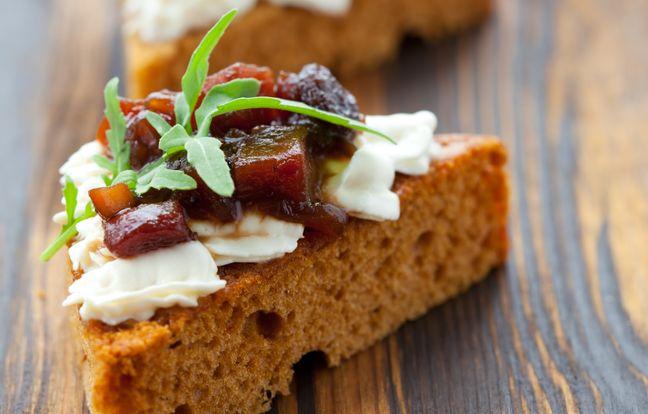Canapé pain d'épices fromage frais, confiture de figue et chutney d'oignons