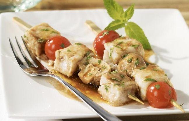 Brochettes de poisson et légumes croquants marinés à la menthe