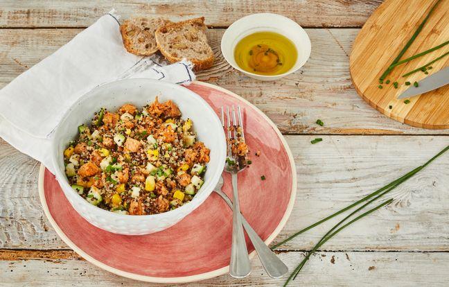 Salade de quinoa, émietté tomate piment rouge, courgettes crues, maïs