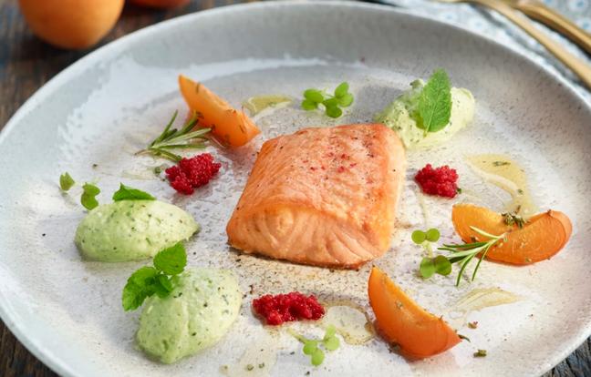 Pavé de saumon au four, abricot rôti au romarin & mousse légère menthe-courgette