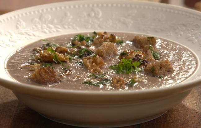 Soupe de champignons aux noix de Grenoble