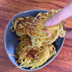 Nids de spaghetti avec un reste de pâtes