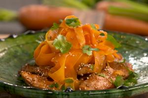 Poulet laqué au sésame, tagliatelles de carottes par Laurent Mariotte