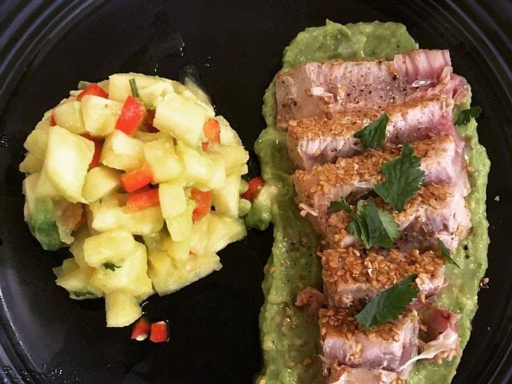 Thon tataki, crème d'avocat et salade d'ananas/poivron