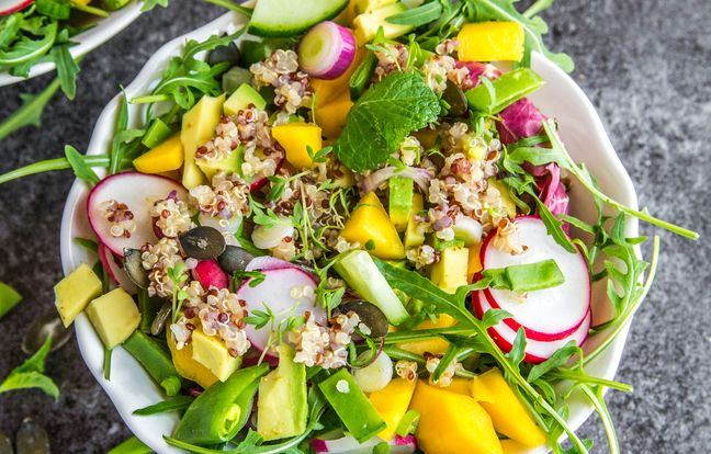 Salade de quinoa printanière, avocat, mangue et roquette