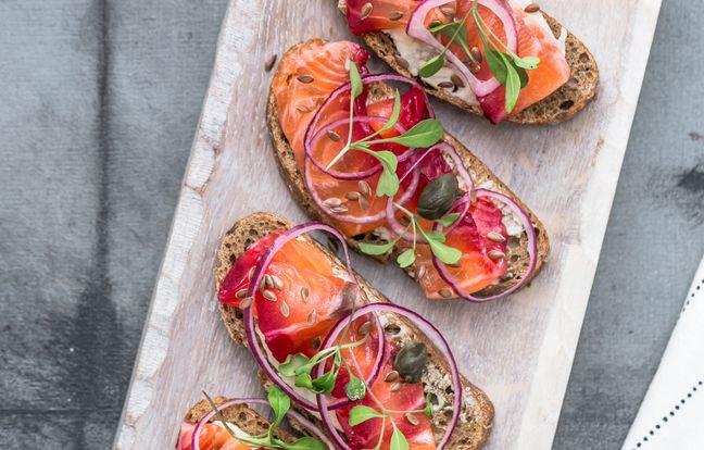 Bruschettas de saumon gravlax à la framboise, oignons rouges et fromage frais