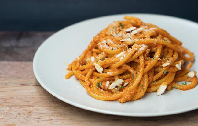Espaguetis en salsa de tomate con leche de coco