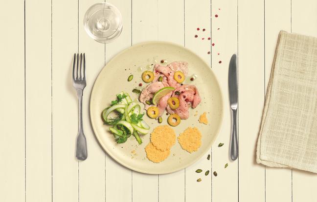 Carpaccio de veau aux olives et aux pistaches, asperges, herbes et parmesan croquant