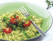 Grünes Risotto mit Zuckerschoten und Kirschtomaten