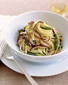 Safran-Spaghetti mit Steinpilzen und Olivenpesto