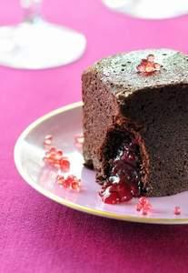 Brownie-Würfel mit Himbeerfüllung und Fruchtkaviar