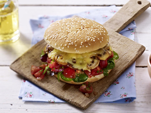 Veggi-Burger mit Pilzen und Tomatensalsa