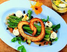 Grüner Spargel-Salat mit eingelegten Frischkäsebällchen