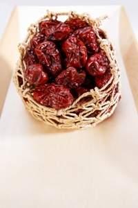 Thunfisch-Kräuter-Brötchen mit Antipasti-Tomaten