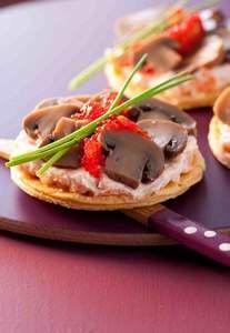Blätterteig-Canapees mit Lachscreme-Pilz-Belag