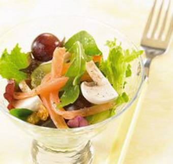 Lachs-Salat mit Trauben und Rosinen