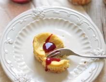Mini-Käsekuchen mit weißer Schokolade und Rhabarberkompott