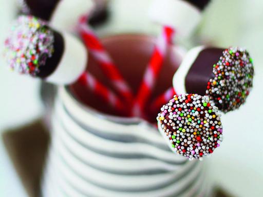 Weiße Trinkschokolade & Marshmallows am Stiel