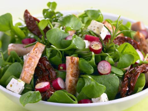 Gemischter Blattsalat mit Hähnchen und Radieschen
