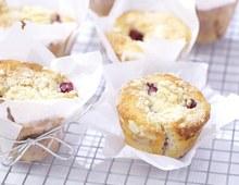 Rhubarb & raspberry crumble muffins