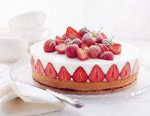 Holunderblüten-Joghurttorte mit Mandelbiskuit und Erdbeeren
